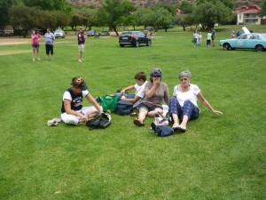 Dames...ontspan op die gras....ja ja die gras is droog.